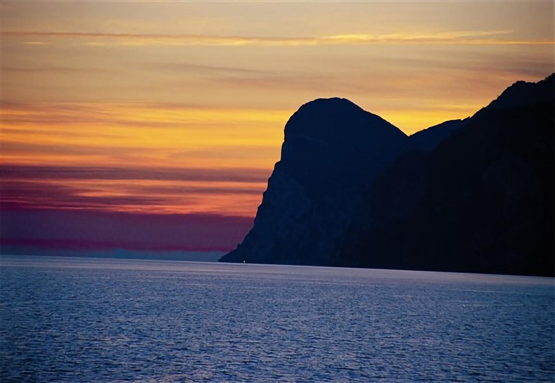 Tramonto del Lago Garda,<br>photo by G.Parazzoli: Distretto Turistico dei Laghi