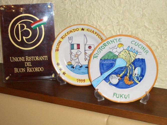 店内写真3:ブオンリコルド協会と当店のお皿
