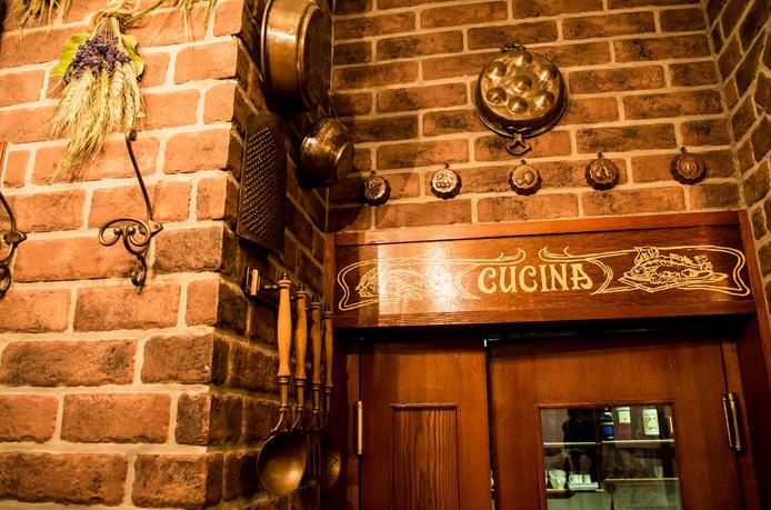 店内写真3:厨房の入り口はレンガの雰囲気