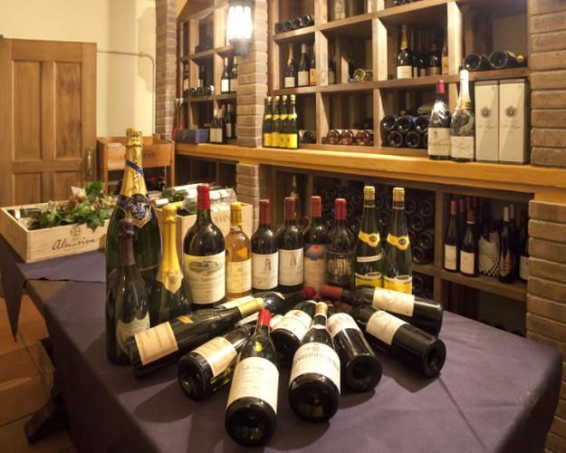 店内写真2:洞窟のように広がる横浜最大級のワイン庫には、1000本を越えるワイン