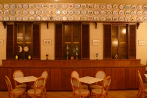 店内写真2:壁いっぱいに飾られたイタリアのブオンリコルド加盟店の記念絵皿